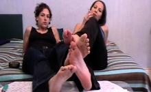Fetish Girls shows their feet